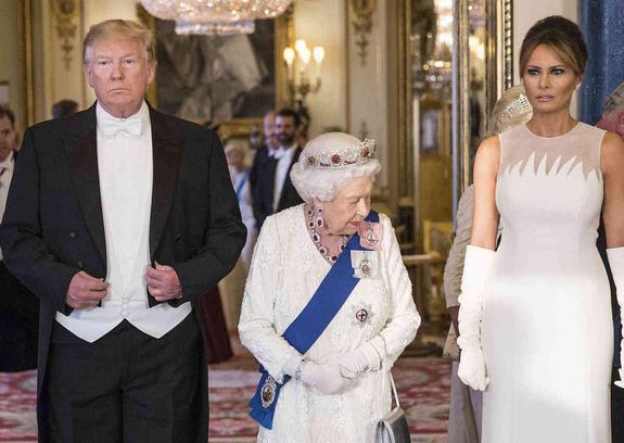 СМИ: Трамп не узнал подарок, который преподнес Елизавете II в прошлом году