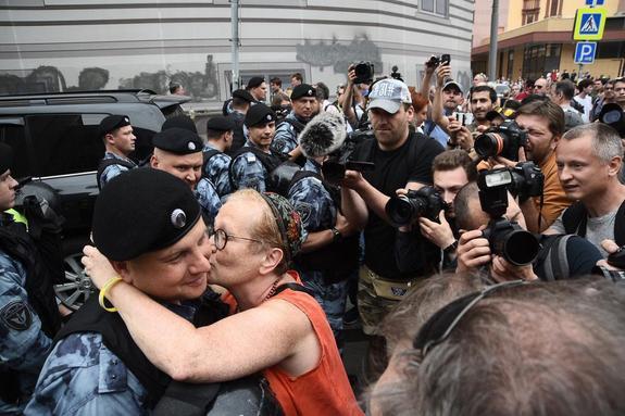 Поцелуй митингующего за свободу Ивана Голунова с полицейским сняли почти все фотографы