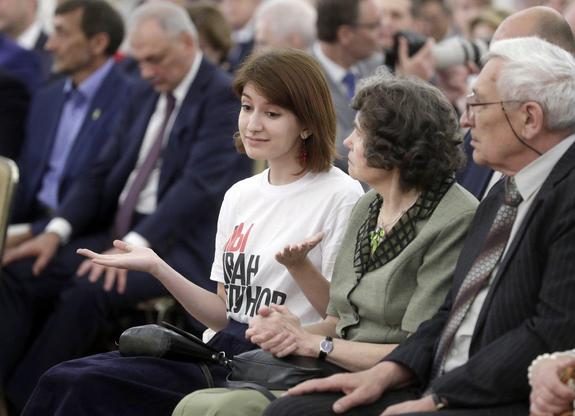"""Журналисты выяснили, кто такая девушка в футболке """"Я/Мы Голунов"""" на приеме в Кремле, чьи фото заполонили Сеть"""