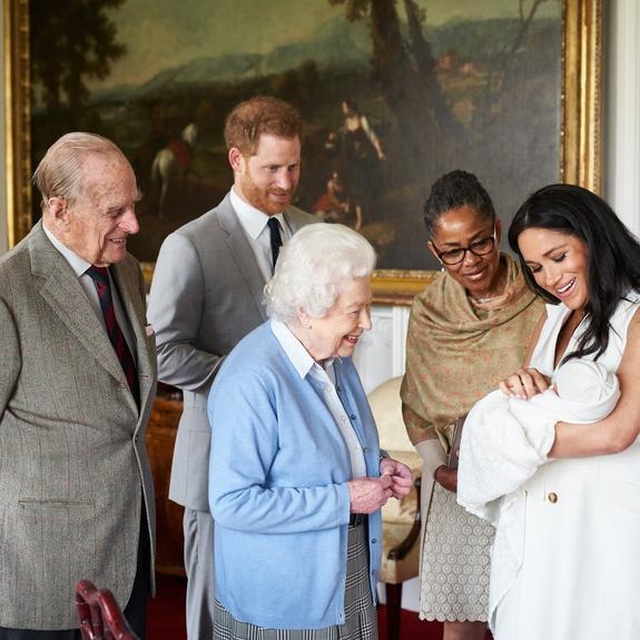 Меган Маркл кормит  сына грудью, а в обязанности принца Гарри входит смена подгузников