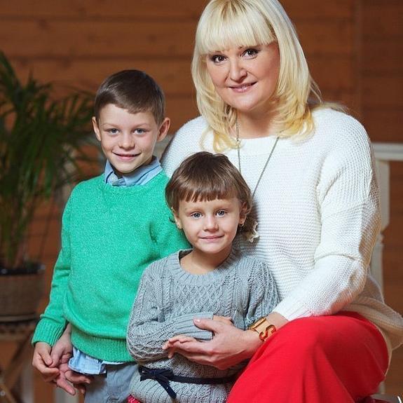 Мать умерла, а отец в тюрьме, как живет брат приемных детей Маргариты Суханкиной