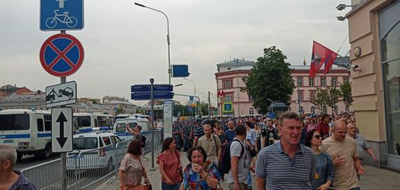 В Москве начался несанкционированный митинг за свободу Ивана Голунова. Полицейские готовятся к задержанию активистов