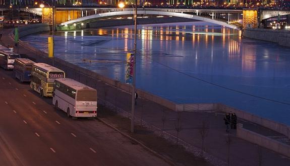 Автомобиль упал в реку в центре Москвы