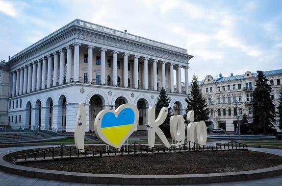 В Киеве во дворе жилого дома произошёл взрыв