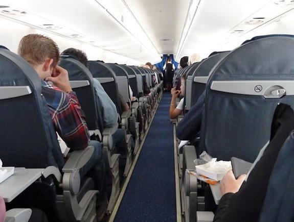 Десять пассажиров самолета, летевшего в Швейцарию, пострадали из-за турбулентности