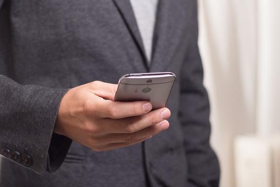 Офтальмологи: длительное использование смартфона может привести к косоглазию