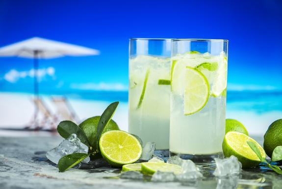В Роскачестве объяснили, как выбирать напитки в жару