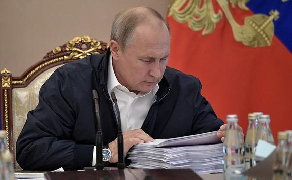 """Путин в Гостином дворе начал отвечать на вопросы """"Прямой линии"""""""