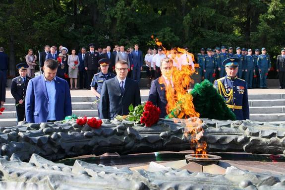 В Челябинске возложили цветы и венки к Вечному огню
