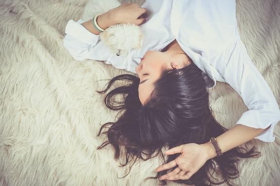 Навязчивые мысли перед сном: что с ними можно сделать