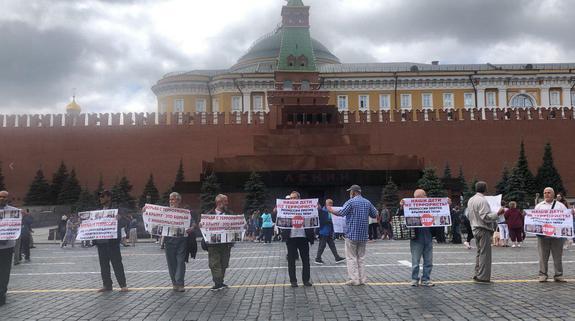 На Красной площади задержаны семеро активистов, устроивших акцию протеста против преследования крымских татар