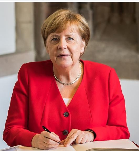 Эксперт раскрыла, что бормочет Меркель во время третьего приступа