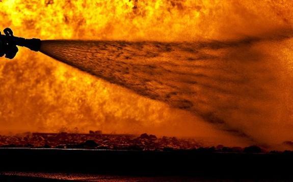 На юге Москвы загорелся склад