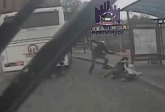 Женщина с ребенком и мужчина выпали из автобуса в Красноярске
