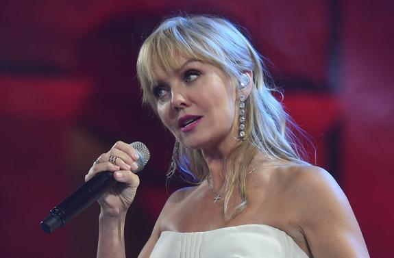51-летняя певица Валерия показала стройные ноги в ярко-желтых брюках