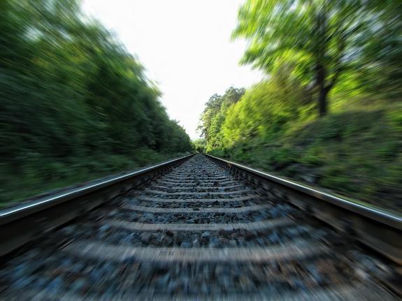 Поезд насмерть сбил девушку на велосипеде в Подмосковье