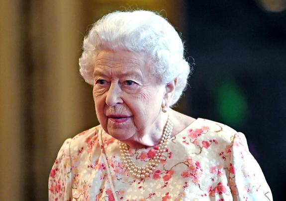 СМИ: Елизавета II спит на простынях 22-летней давности, а порванные перешивает на наволочки