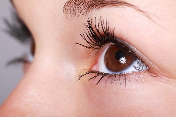 Врачи: наращивание ресниц может вызвать ожоги и падение зрения