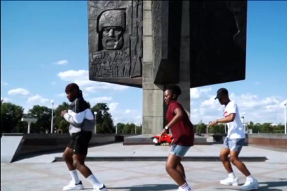"""Видео: иностранцы устроили """"жаркие"""" танцы около Обелиска Победы в Твери"""