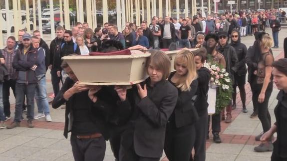 А покойник-то голый! Активистки группы Femen устроили «похороны» топлес в Берлине