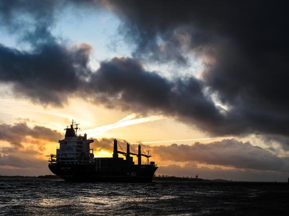 Опубликовано видео с танкером в Находке, на борту которого произошел взрыв и погибли три человека