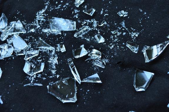 Бездомная женщина напала на курьера с разбитой бутылкой  в Подмосковье