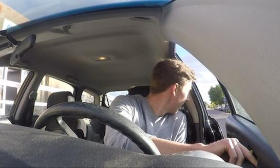 Пьяный водитель в Крыму сбил правоохранителя и протащил его на двери своей машины