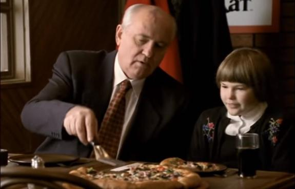 Запад до сих пор смеётся над Горбачёвым из-за рекламы пиццы