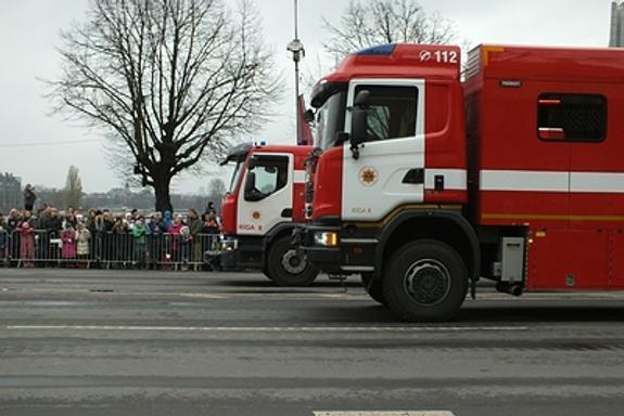 В Петербурге загорелся  ангар с горючими материалами, площадь пожара  - 12 тысяч кв. метров
