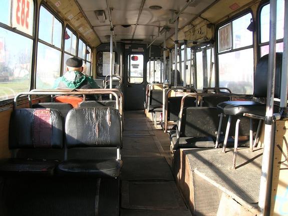 Москвич на внедорожнике подрезал автобус и избил его водителя