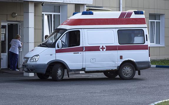 В Нижнем Новгороде столкнулись 4 машины, один автомобиль вылетел на тротуар и наехал на группу детей