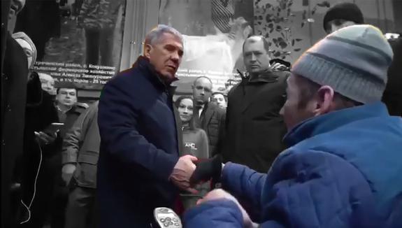 Глава Татарстана провел переговоры с инвалидом на улице