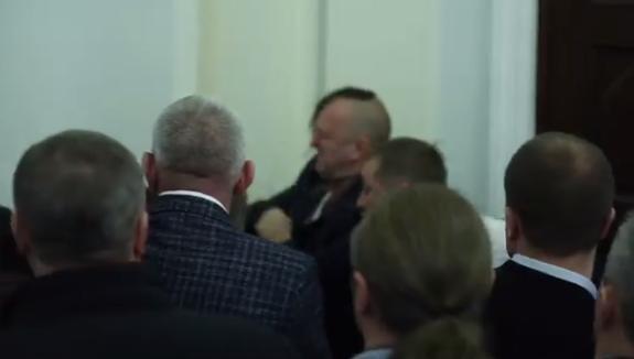В сеть попало видео жестокой драки в Верховной Раде