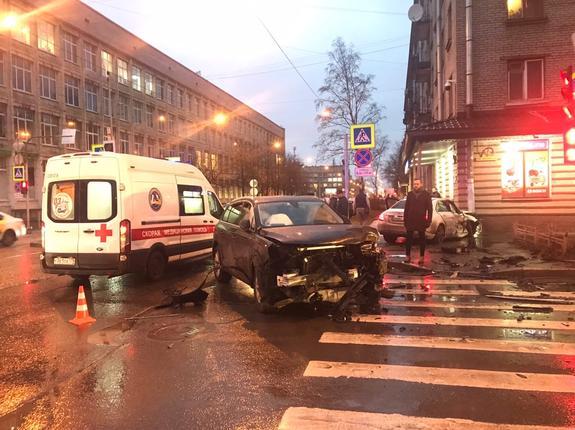 В Петербурге 16-летний  подросток за рулем Mercedes попал в ДТП на перекрестке