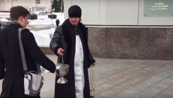 В Чебоксарах сельского священника обманом затащили на освящение Дома правительства