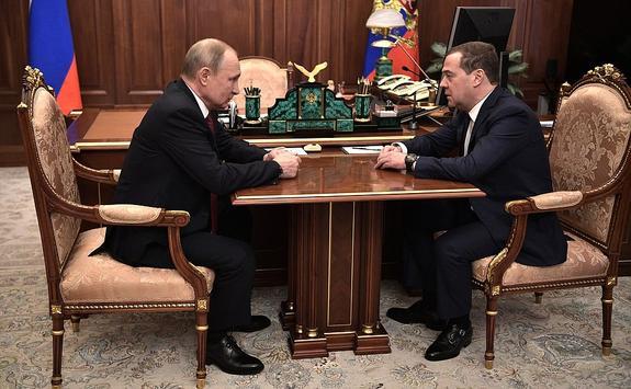 Дмитрий Медведев не сомневается, что новое правительство со всем справится. Экс-премьер пожелал им удачи