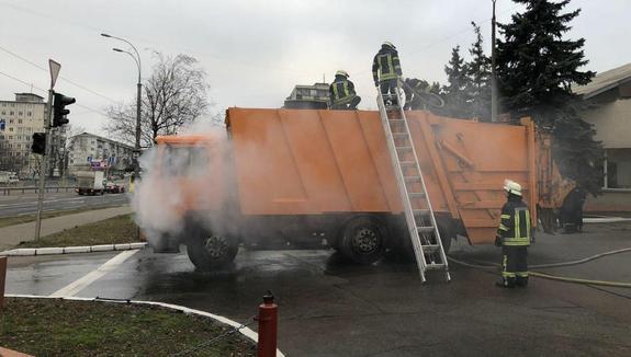 В Киеве мусоровоз привез пожар к пожарным, чтобы они его потушили