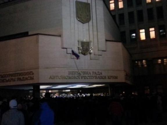 Над зданием Верховного совета Крыма поднят флаг России