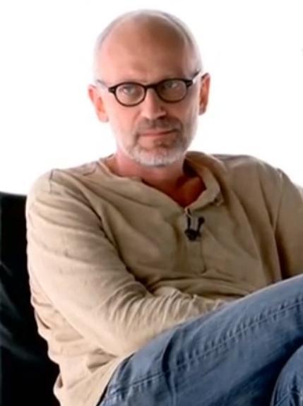 Александр Гордон балуется коньячком на съемках передачи