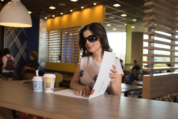 В российских ресторанах «Макдоналдс» появилось меню для незрячих и слабовидящих