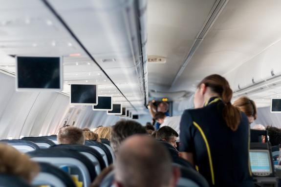 Тысячи стюардесс американской авиакомпании жалуются на аллергию из-за формы