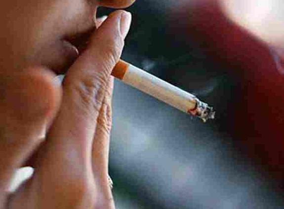 Штрафы, неудобство и мода снизили число курильщиков
