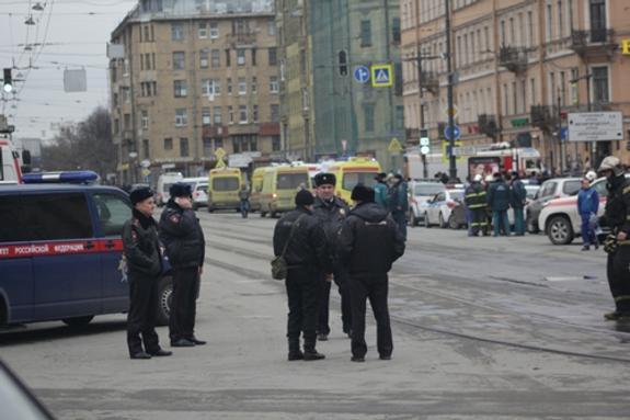 Полиция оцепила автобус в центре Санкт-Петербурга