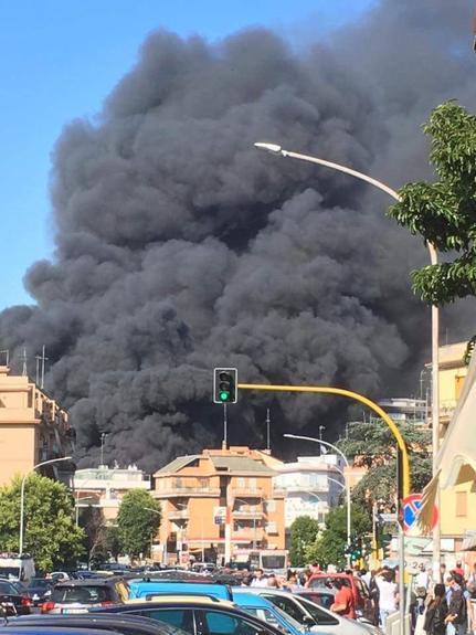 Рядом с Ватиканом прогремел мощный взрыв, небо над Римом заволокло черным дымом