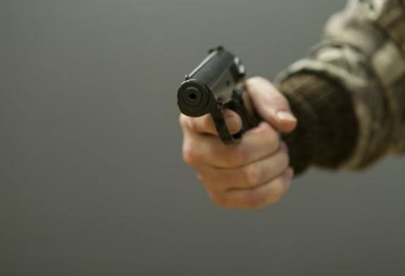 В Петербурге разбойники с ножом и электрошокером напали на менеджера