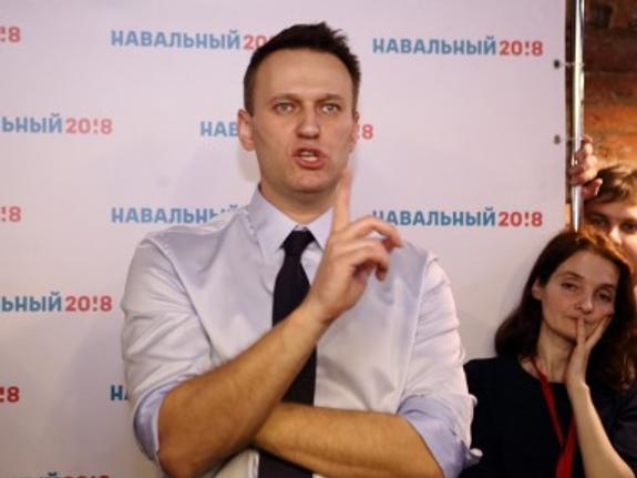 Оппозиционер Навальный взял жену и улетел из России