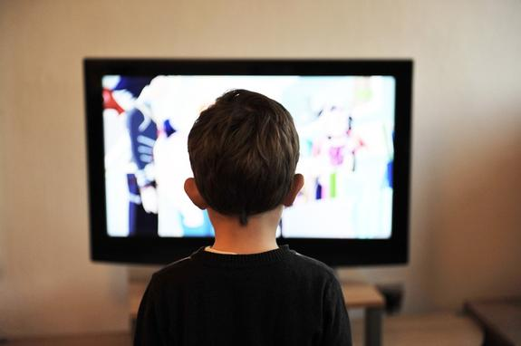 Телевизор в детской спальне провоцирует раннее ожирение