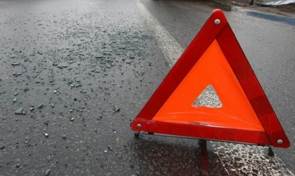 После столкновения с КамАЗом водителя иномарки зажало в машине