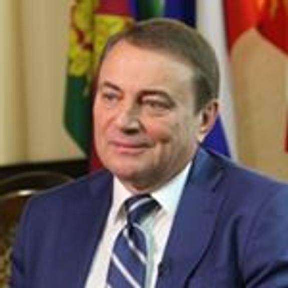 В соцсетях обсуждают, как мэр Сочи Пахомов бросил детям подарки