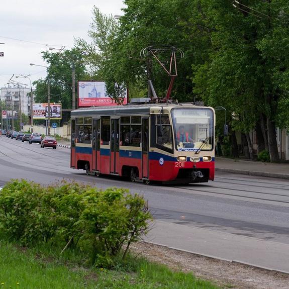 Трамвай протаранил две машины, пока их водители выясняли отношения